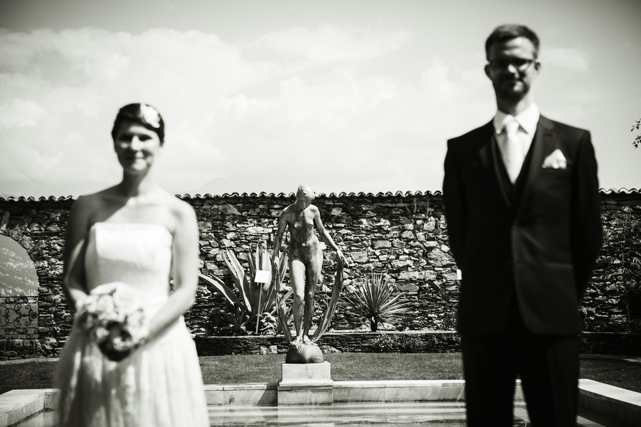 Hochzeitspaar mit Abstand