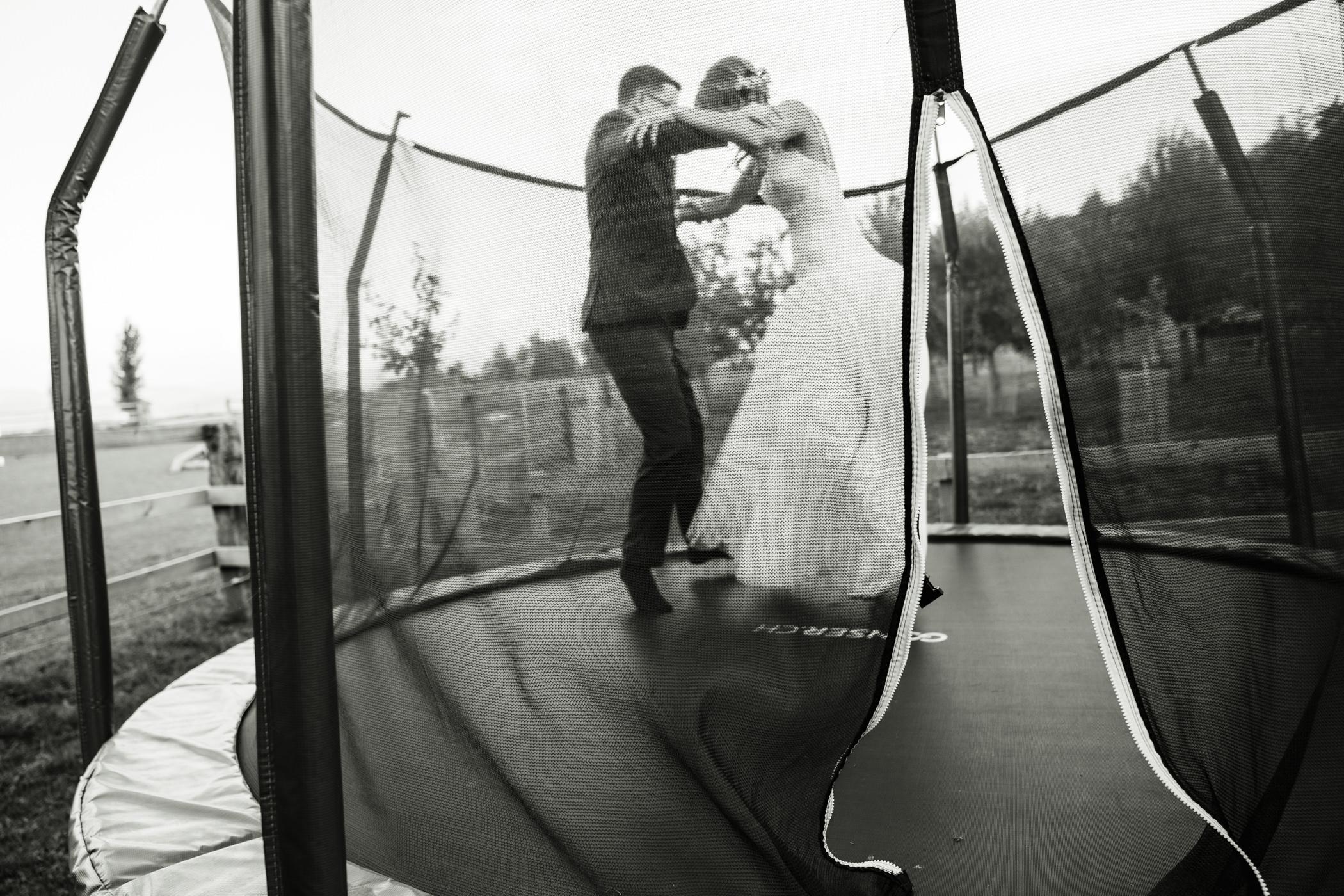 Hochzeitspaar springt auf Trampolin auf der Highland Ranch Gurten Bern